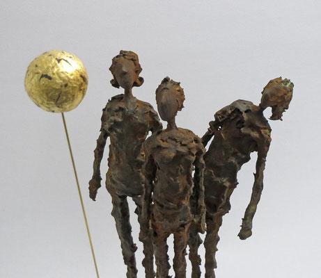 Skulpturengruppe aus Pappmache mit Eisenpatina und Blattgold - montiert auf Sockel aus geölter Eiche - Größe der Skulptur: ca. 40 cm bis zum Vollmond, Größe der Figuren ca. 26 cm- Titel: Vollmond -verkauft-