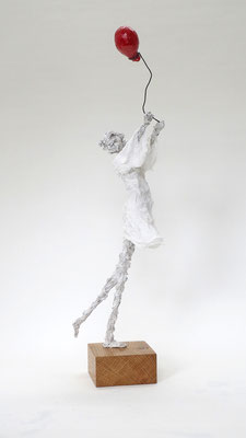 Skulptur aus Pappmache mit wehedem Kleid und rotem Ballon - montiert auf geölten Sockel aus Eiche - Größe ca. 55 cm inklusive Sockel - Titel: Widerspenstiger Ballon-verkauft-