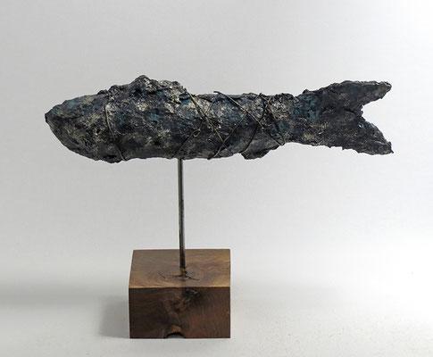 Fisch-Skulptur aus Pappmache mit Patina - montiert auf geölten Sockel aus französischem Nussbaum - Länge : ca. 25 cm, Höhe ca: 29 cm- ohne Titel