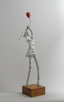 Skulptur aus Pappmache - montiert auf geölten Sockel aus Eiche - Größe 57x16x10cm (HxBxT) bis zum Ballon (bis zur Figur 44 cm) - Titel: Widerspenstiger Ballon -verkauft-