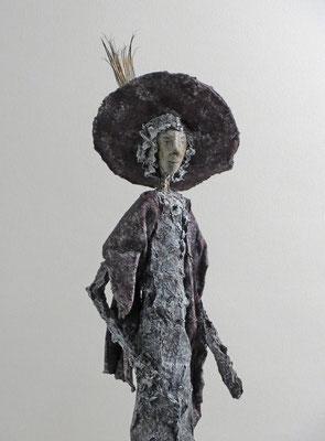 Figur aus Cartapesta (Detail) - montiert auf geölten Sockel aus Eiche - Größe ca. 52 cm  - Titel: Mondän