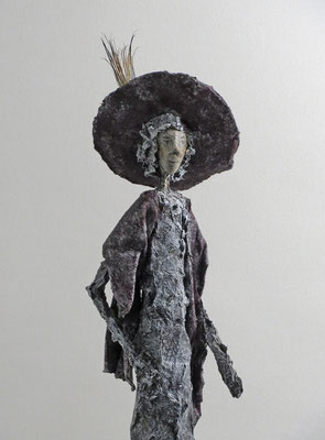 Figur aus Cartapesta (Detail) - montiert auf geölten Sockel aus Eiche - Größe ca. 52 cm  - Titel: Mondän oder Madame Chic flaniert