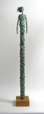 Skulptur aus Pappmache mit Kupferpatina und Blattgold - montiert auf geölten Sockel aus Eiche - Größe ca. 87 cm  - Engel im Sturm