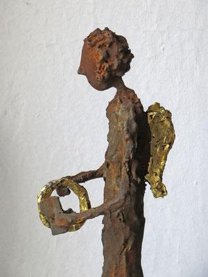 Engel aus Pappmache mit Eisenpatina (Detail) - teilweise gebrochen  blattvergoldet (24 karat)  - montiert auf Sockel aus geölter Eiche - Größe ca. 54 cm -Titel: Heiligenschein polieren -verkauft -