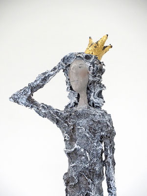 Figur aus Papiermache  - montiert auf geölten Sockel aus Eiche, Krone gebrochen blattvergoldet - Größe ca. 51 cm  - Titel: Stolz