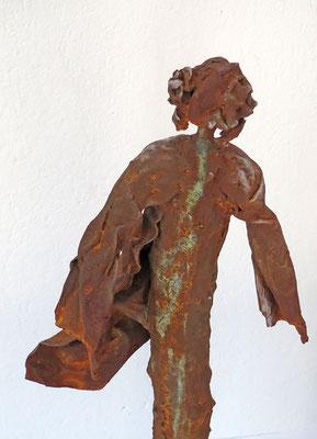 Figurengruppe aus Papiermache mit Eisenpatina (Detail) - montiert auf eine Platte aus massivem rostigem Eisen - H/B/L 59/12/28 cm- Titel Bei Wind am Hafen