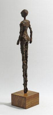 Figur aus Pappmache mit Eisenpatina  - montiert auf Sockel aus geölter Eiche - Größe ca. 38 cm  - ohne Titel -verkauft-