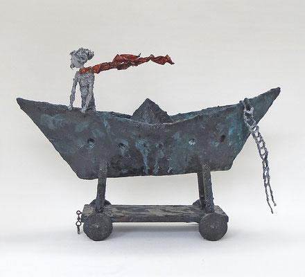Boot aus Pappmache mit Bronzepatina und filigraner Figur mit wehendem Schal  - 39x59x22 cm (HxBxT) - Titel: Reise mit dem Wind