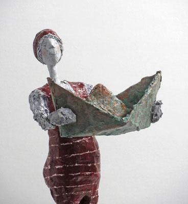 """Schlichte Skulptur aus Pappmache mit Boot aus der Werkreihe """"Sommerfrische und Badegäste"""" - montiert auf geölten Sockel aus Eiche - Größe ca. 38 cm  - Titel: stolzer Bootsbesitzer -verkauft-"""
