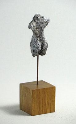 Miniatur-Torso aus Pappmache - montiert auf Sockel aus Eiche -  Größe ca: 14,5 cm - ohne Titel -verkauft-