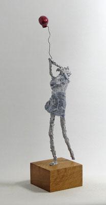 Skulptur aus Pappmache - montiert auf geölten Sockel aus Eiche - Größe ca. 43x10x20 cm (HxBxT)  - Titel: Davongetragen II -verliehen-