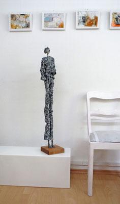 Große Skulptur aus Pappmache - Schüssel innen gebrochen blattvergoldet -  montiert auf Sockel aus geölter stabverleimter Eiche - Größe ca. 100 cm  - Titel:  Die Bitte