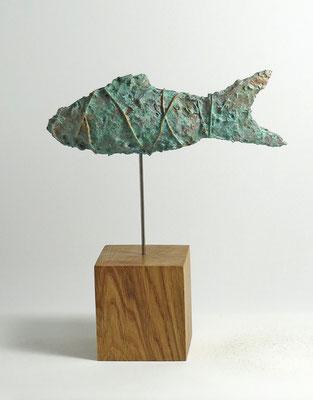 Fisch-Skulptur aus Pappmache mit Kupferpatina - montiert auf geölten Sockel aus Eiche - Länge : ca. 25 cm, Höhe ca: 29 cm- ohne Titel
