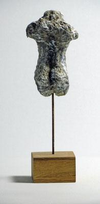Miniatur-Torso aus Pappmache - montiert auf Sockel aus Eiche -  Größe ca: 16 cm - ohne Titel