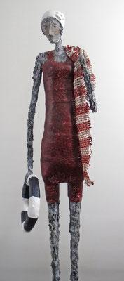 Große Figur aus Papiermache (Detail) - montiert auf Sockel aus geölter Eiche - Größe ca. 114 cm  -  Titel: Am Strand
