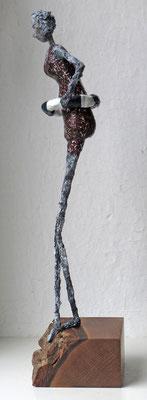 Figur aus Cartapesta - montiert auf Sockel aus geöltem französischem Nussbaum - Größe ca. 42cm  -  Titel:  Nordstrand - verkauft -