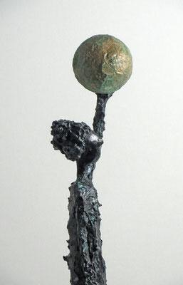 Figur aus Papiermache mit Bronze und Kupferpatina montiert auf Sockel aus geölter Eiche - Größe ca. 53cm  - Titel: Entspanter Atlas