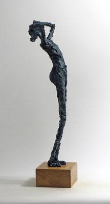 Skulptur aus Pappmache mit Bronzepatina - montiert auf geölten Sockel aus Eiche- Größe ca. 45 cm  - Titel: Himmelsgucker