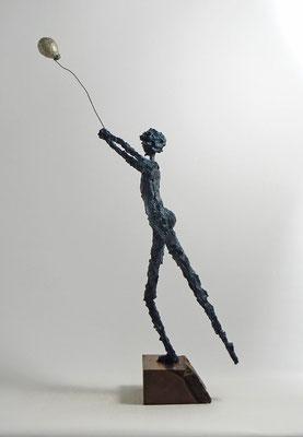 Skulptur aus Pappmache mit Bronzepatina - montiert auf geölten Sockel ausfranzösischem Nussbaum - ca. 42 cm (Figurhöhe), 52 cm (Ballonhöhe)  - Titel: Der silberne Ballon -verkauft-