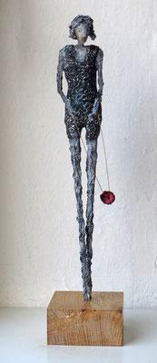 Figur aus Pappmache - montiert auf Sockel aus geölter Eiche- Größe ca. 44 cm  -  Titel: Diabolo spielen -verkauft-