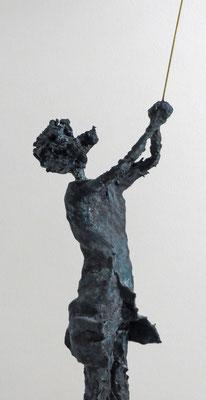 Figur aus Cartapesta mit Bronzepatina (Details) - montiert auf Sockel aus geölter Eiche - Größe ca.74cm  - Titel: Drachen steigen lassen
