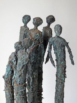 Skulpturengruppe aus Papiermache und Draht mit echter Bronze-Eisen-Patina - montiert auf einen massiven Sockel auf geölter Eiche - Größe ca.:  19x19x64 cm (LxBxH) - Titel: Quantified self  -verkauft-
