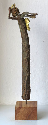 Engel aus Pappmache mit echter Eisenpatina  - teilweise gebrochen  blattvergoldet (24 karat)  - montiert auf Sockel aus geölter Eiche - Größe ca. 41 cm -Titel: Sturmtief Gabriel -verkauft -