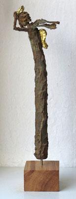 Engel aus Pappmache mit Eisenpatina  - teilweise gebrochen  blattvergoldet (24 karat)  - montiert auf Sockel aus geölter Eiche - Größe ca. 41 cm -Titel: Sturmtief Gabriel -verkauft -