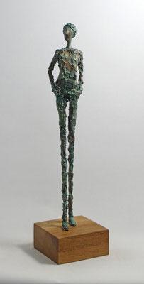 Skulptur aus Pappmache mit türkisgrüner Kupferpatina - montiert auf geölten Sockel aus Eiche - Größe ca. 47x7x5 cm (HxBxT)  - ohne Titel -verkauft-