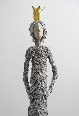Figur aus Papiermache  - montiert auf geölten Sockel aus Eiche -  Krone gebrochen  blattvergoldet- Größe ca. 74 cm  - Titel: Fein gemacht!