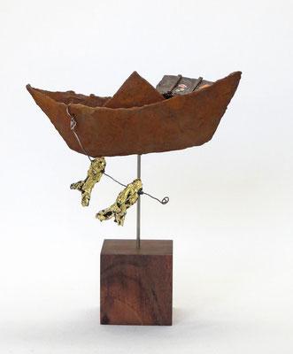 Kleines, schlichtes, hellgraues und windschiefes Boot aus Pappmache mit Strickleiter und Messingzahnrad