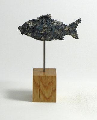 Fisch-Skulptur aus Pappmache mit Patina - montiert auf geölten Sockel aus Eiche- Länge : ca. 14 cm, Höhe ca: 18 cm- ohne Titel -verkauft-