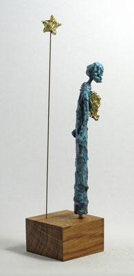 Figur aus Pappmache mit Bronzepatina und Blattgold  - montiert auf  geölte Eiche - Größe ca. 34 cm  - Titel: Sternengucker
