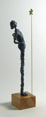 Skulptur aus Pappmache mit Bronzepatina und Blattgold - montiert auf geölten Sockel aus Eiche - Größe ca. 42 cm  - Titel: Sternengucker II