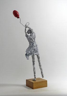 Filigrane, schlichte Skulptur aus Pappmache mit wehendem Ballon - montiert auf geölten Sockel aus  massiver Eiche - Größe ca. 55 cm  - Titel: Freundliches ringen