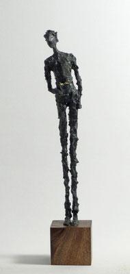 Kleine, filigrane Skulptur aus Pappmache mit Bronzepatina und Blattgold - montiert auf geölten Sockel aus Eiche - Größe ca. 32 cm  - ohne Titel