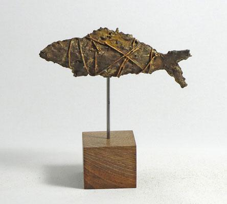 Fisch-Skulptur aus Pappmache mit Eisenpatina-  montiert auf geölten Sockel aus Eiche - Länge : ca. 17 cm, Höhe ca: 18 cm  - ohne Titel
