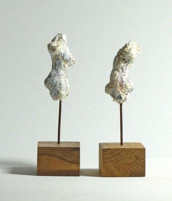 Miniatur-Torsos aus Pappmache - montiert auf Sockel aus Eiche -  Größe ca: 12 cm - ohne Titel