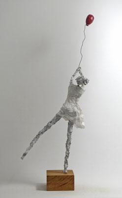 Skulptur aus Pappmache - montiert auf geölten Sockel aus Eiche - Größe ca. 65x25x30 cm (HxBxT)  - Titel: Abfliegen -verkauft-