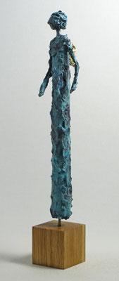 Figur aus Pappmache mit Bronzepatina und Blattgold  - montiert auf  geölte Eiche - Größe ca. 39 cm  - ohne Titel
