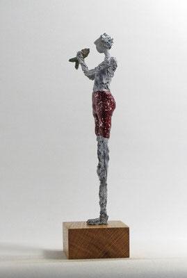 Schlichte Skulptur aus Pappmache - montiert auf geölten, Sockel aus Eiche  - Größe ca. 35 cm  - Titel: fisch verliebt