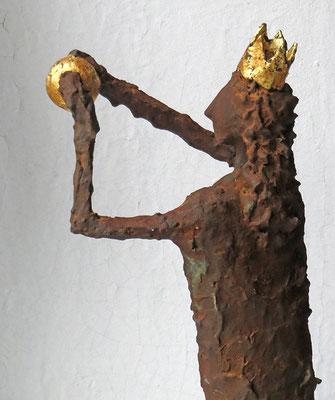 Skulptur  Pappmache mit Eisenpatina (Detail) - Krone und Kugel gebrochen  blattvergoldet - montiert auf Sockel aus geölter Eiche - Größe ca. 49 cm -Titel: königliche Ballspiele