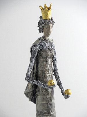 Skulptur aus Pappmache - montiert auf geölte Eiche, Krone und Kugeln gebrochen blattvergoldet - Größe ca. 56 cm - Titel: Doppelbällchen -verliehen-