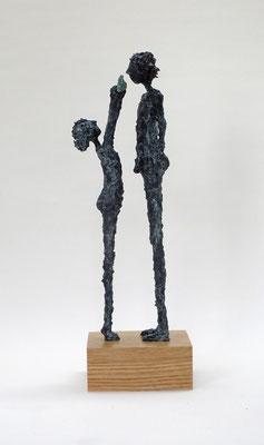 Filigrane, schlichte Skulpturengruppe mit Fisch  aus Pappmache mit Bronzepatina  - montiert auf geölten Sockel aus  massiver Eiche - Größe ca. 38 cm  - Titel: Guck mal!
