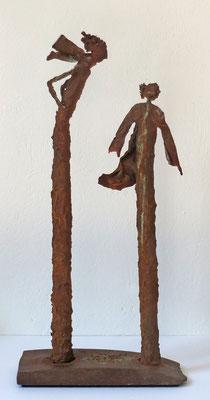 Figurengruppe aus Papiermache mit Eisenpatina - montiert auf eine Platte aus massivem rostigem Eisen - H/B/L 59/12/28 cm- Titel Bei Wind am Hafen