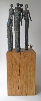 Skulpturengruppe aus Papiermache und Draht mit Bronze-Eisen-Patina - montiert auf einen massiven Sockel auf geölter Eiche - Größe ca.:  19x19x64 cm (LxBxH) - Titel: Quantified self  -verkauft-