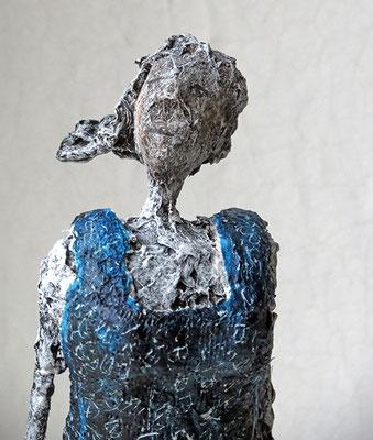 Figur aus Papiermache (Detail) - montiert auf Sockel aus geölter Eiche - Größe ca. 40 cm  -  Titel: Nachschauen ...