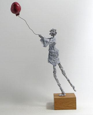 Skulptur aus Pappmache - montiert auf Sockel aus geölter Eiche - Größe ca: 48x20x30 cm (HxBxT) - Titel:  Davongetragen -verkauft-