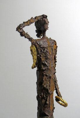 Figur aus Pappmache mit Eisenpatina und Blattgold (Detail) - montiert auf geölte Eiche - Größe der Skulptur: ca. 69 cm - Titel: Am Himmel