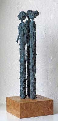 Figurengruppe aus Cartapesta mit Bronzepatina  - montiert auf Sockel aus geölter Eiche - Größe ca. 35 cm  -  Titel: Gemeinsam in eine Richtung - verkauft -